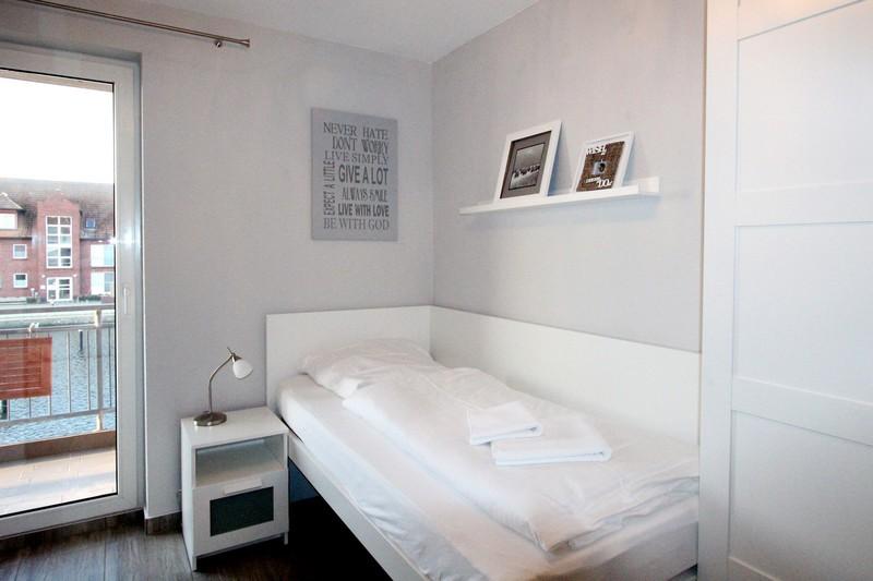 Das kleine Zimmer ist mit zwei Einzelbetten...